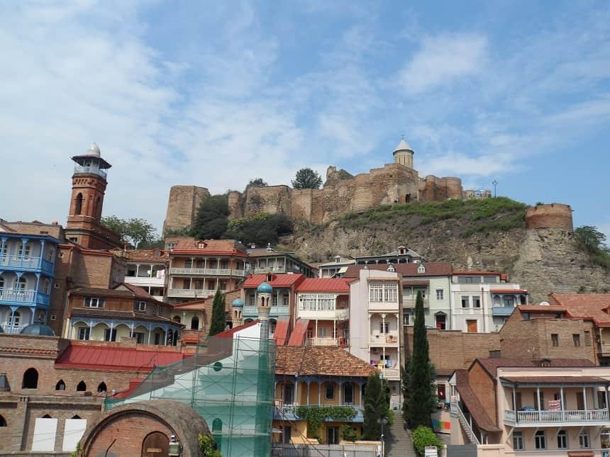 Georgië: Oud Tbilisi met Narikala Fort op de achtergrond