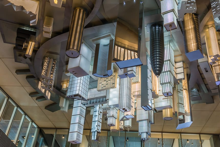 Aan het plafond van de parking onder DOKK1 hangt Magic Mushrooms, eenondersteboven hanngend schaalmodel van een denkbeeldige stad.