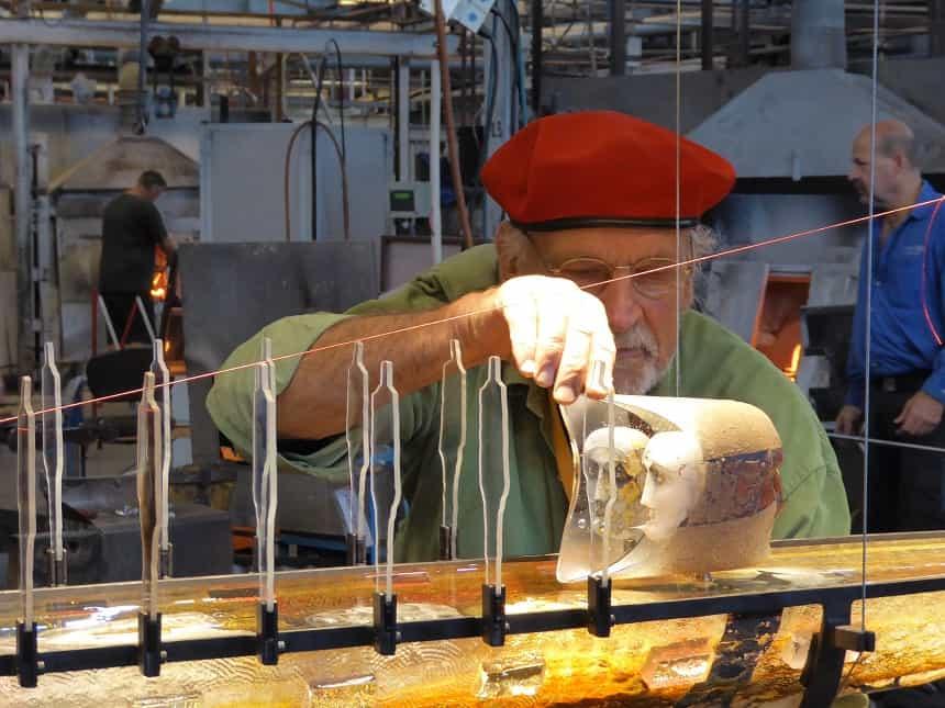 Glaskunstenaar Bertil Vallien bij zijn glasboot van 1 miljoen dollar.