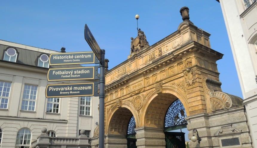 De poort van de Urquell brouwerij in Pilsen. Geboorteplaats van het moderne pils.