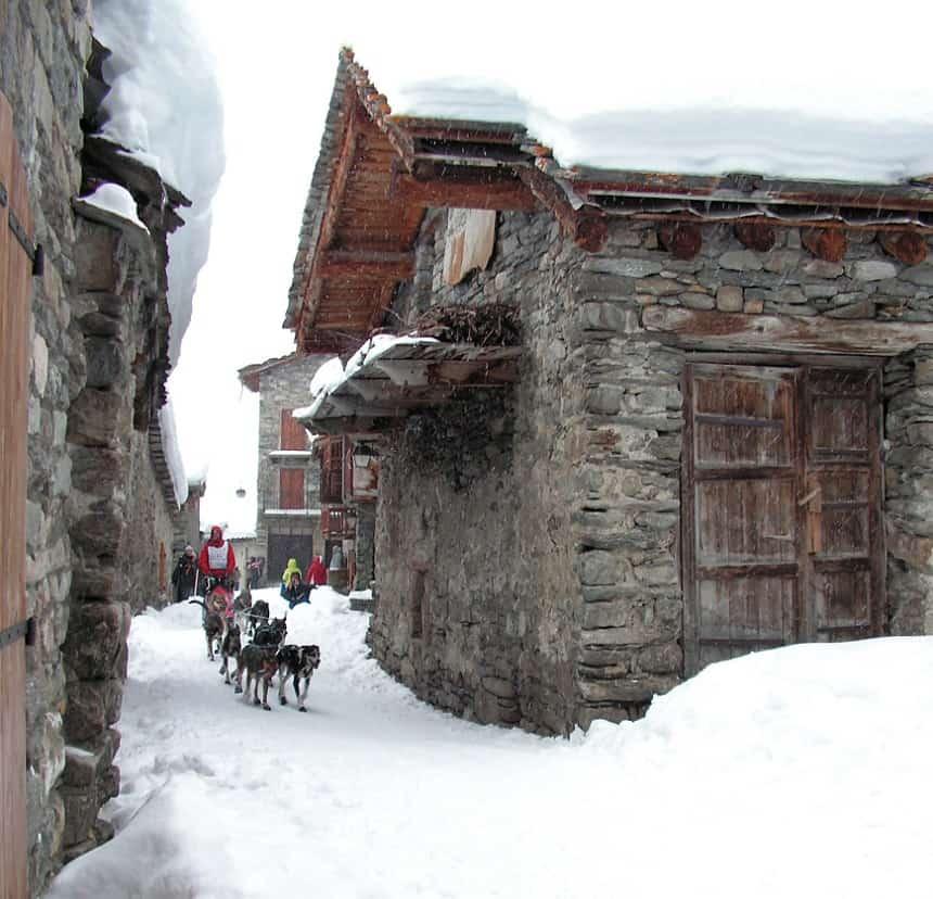 The Grande Odyssee - Sled dog race - Crossing the village of Bonneval-sur-Arc © Savoie Mont Blanc / Raïh