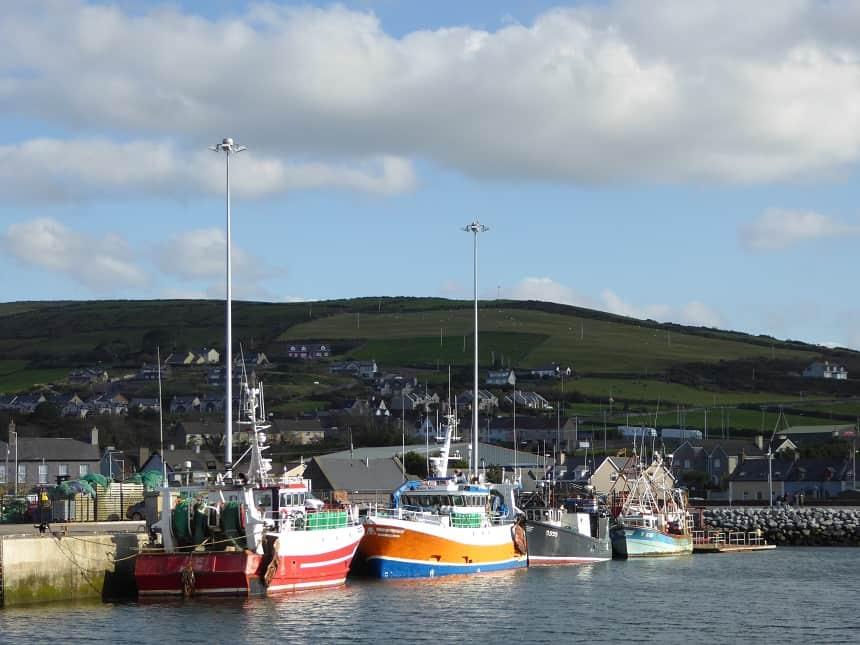 Ook de haven van Dingle wordt opgesierd door vrolijke kleuren.