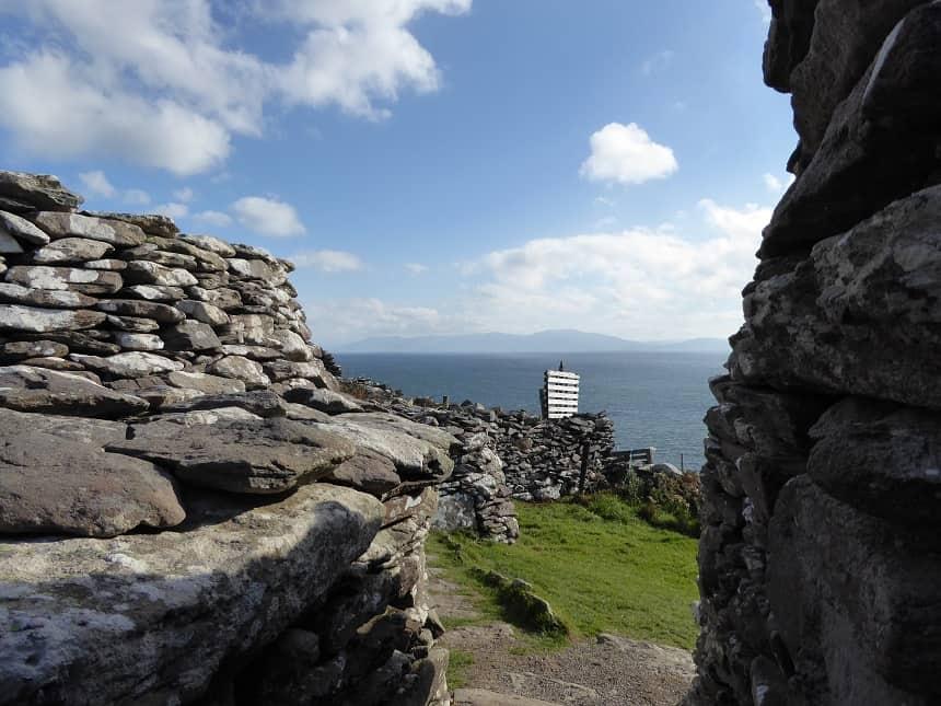 De historische stenen bouwwerken zijn nooit ver van de oceaan verwijderd.