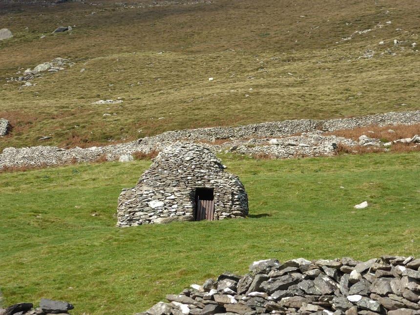 De traditionele 'clochan' zijn typerend voor het landschap van Dingle.