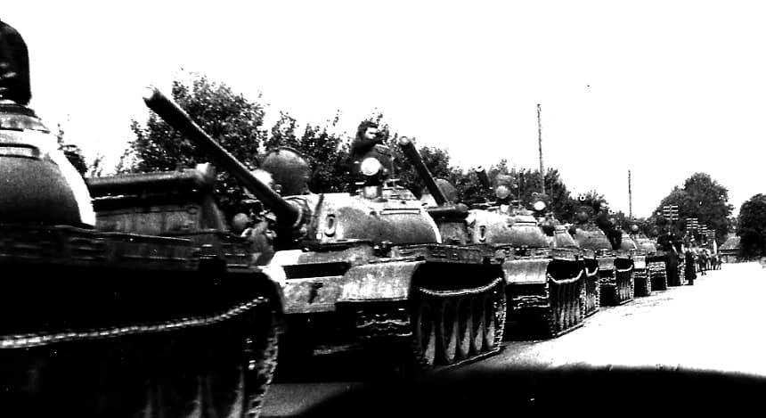 Sovjet tanks op weg naar de grens. Ze stopten op een paar kilometer voor de grens met West-Duitsland