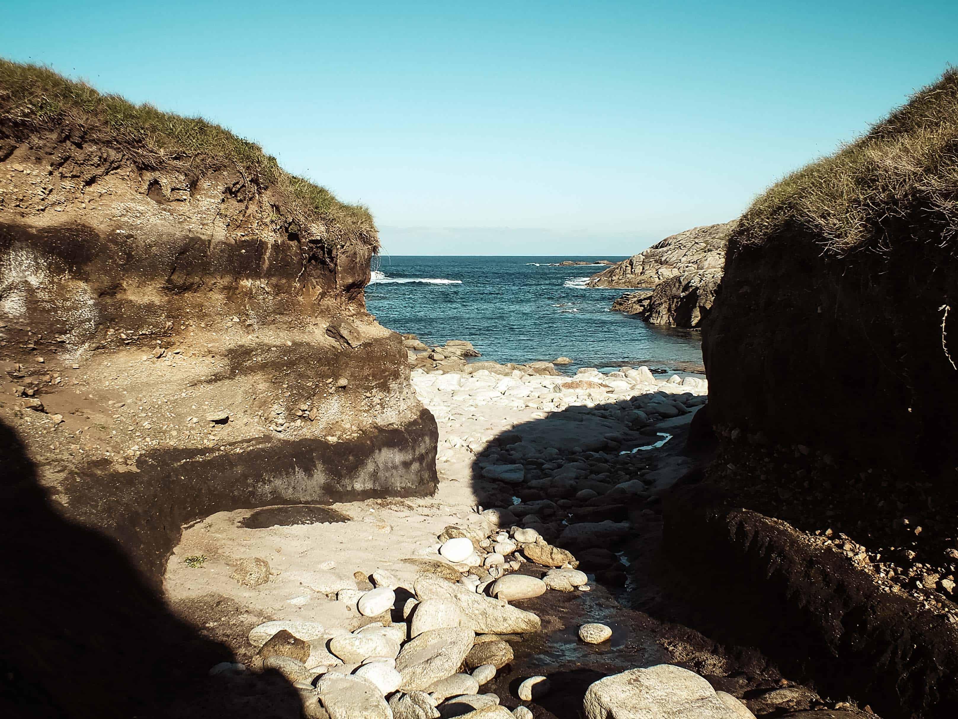 Grillige kustlijn met kleine strandjes