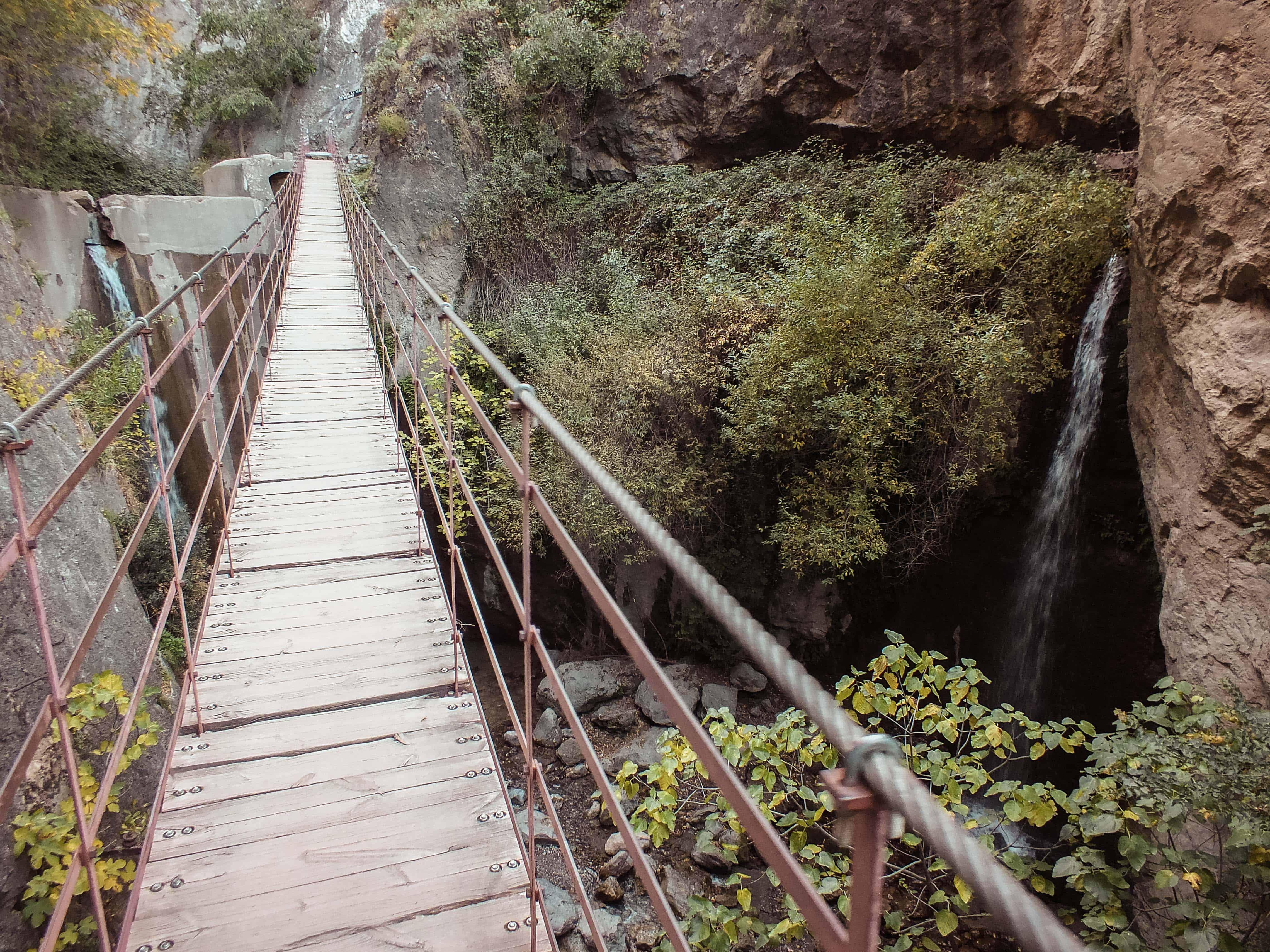 Een hangbrug tijdens een wandeling in Sierra Nevada