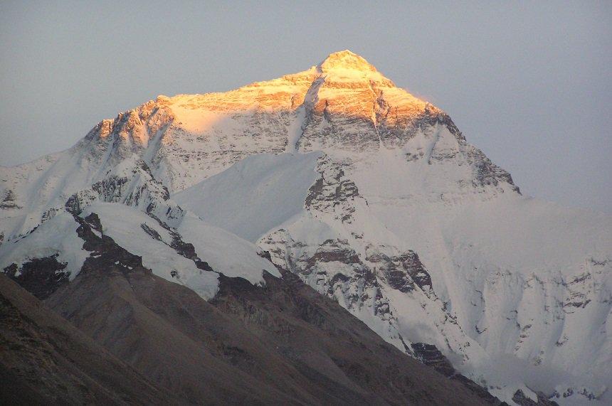 Basecamp Mount Everest, Tibet, foto bij ondergaande zon in de zomer rond 21.15 uur