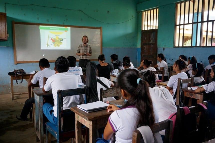 Nederlandse vrijwilligers met kennis van zaken helpen bij de leerplan-ontwikkeling