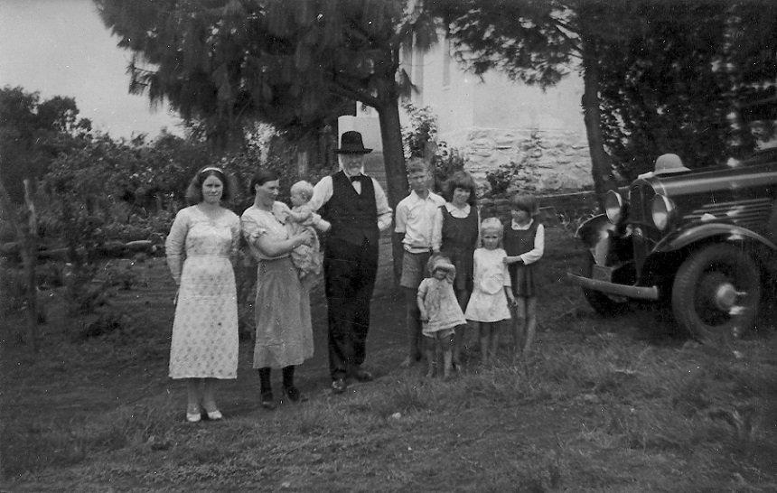 """""""Pieteroom"""" met een deel van zijn kinderen bij zijn derde vrouw Sarie-Marys Potgieter"""