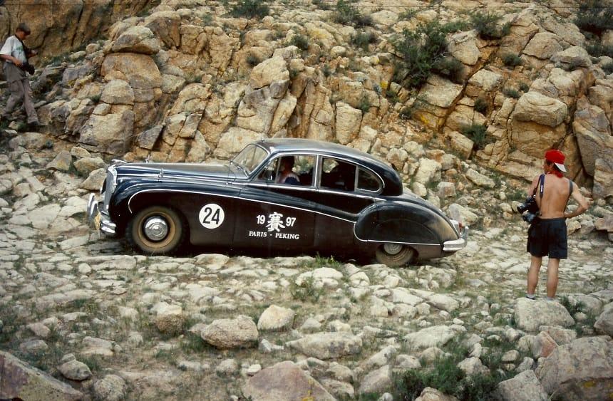 De Jaguar MK IX (1959) ploetert voort in de binnenlanden van Mongolië, ik zit achter het stuur en rechts zien we de Berlijnse filmer Jean Molitor