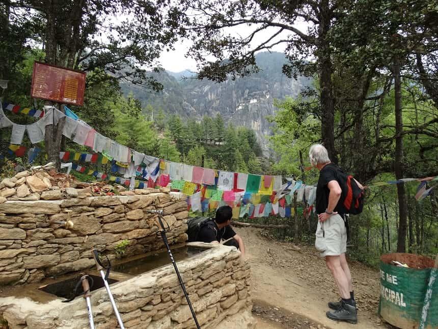 Halverwege de steile klim naar Tiger's Nest even uitrusten, in de verte is het klooster al te zien