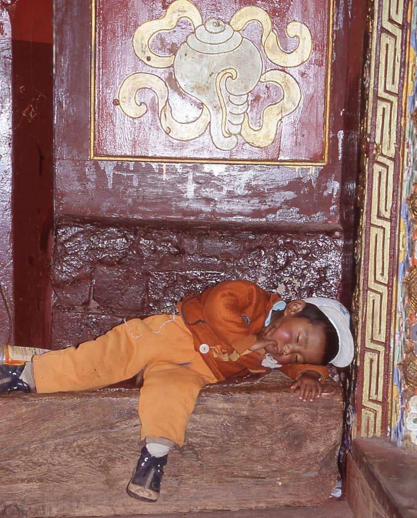 In slaap gevallen voor de kloosterdeur in Dege