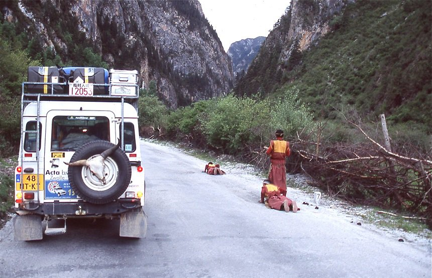 Pelgrims in de Dege-vallei, ze hebben er hier al lopend en biddend al 1500 km op zitten op weg naar Lhasa