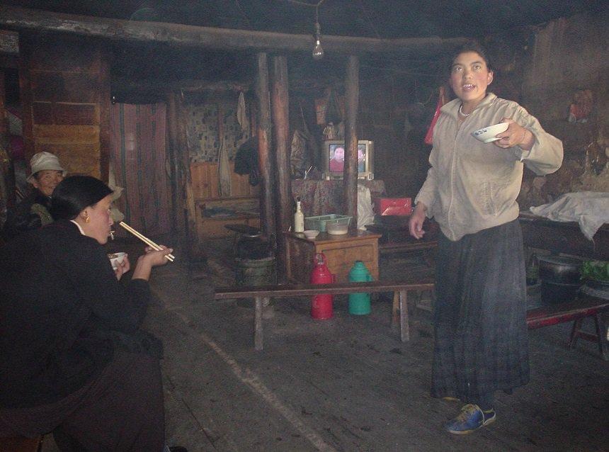 Onderweg in een wegrestaurant voor vrachtwagen-chauffeurs en pelgrims op weg naar Lhasa