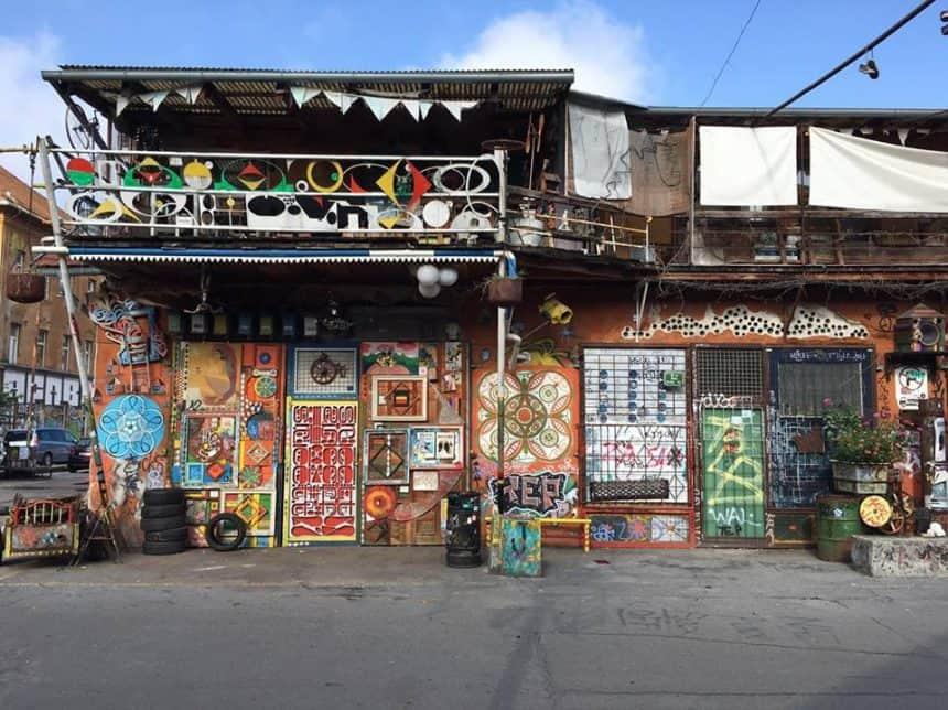 Een van huizen in de omgeving van het hostel: graffiti project