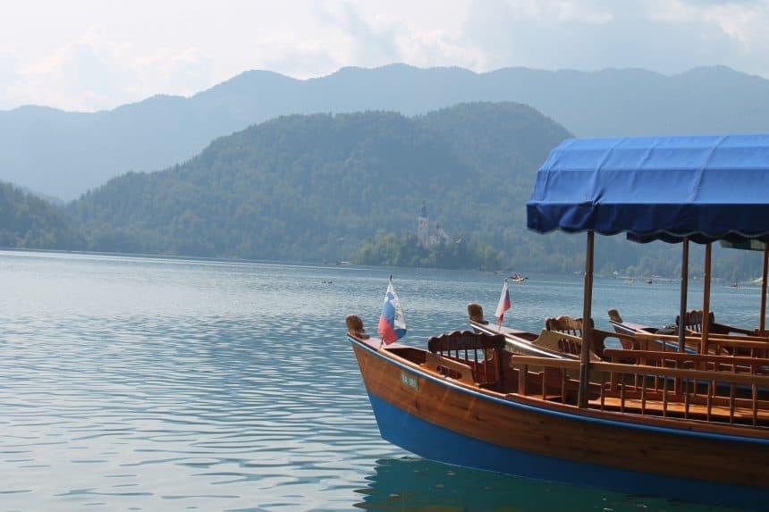 De typische Pletna boten, met op de achtergrond de kerk op het eiland