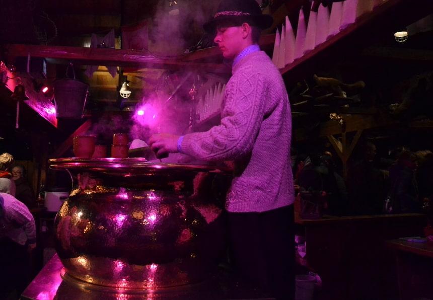Warme wijn wordt over suiker heen gegoten en geserveerd in aardewerken bekers.