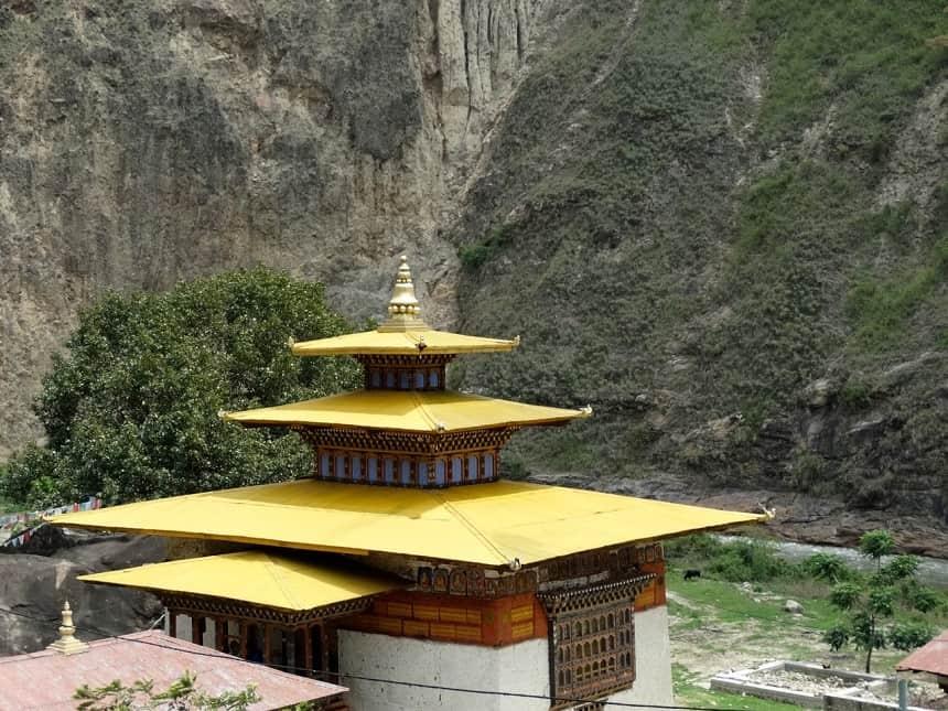 In de provincie Trashiyangtse aangekomen bezoeken we met Lhamo en de chauffeur het heiligdom Gom Kora, gelegen aan de Dangmechu, een rivier die we lange tijd zijn gevolgd