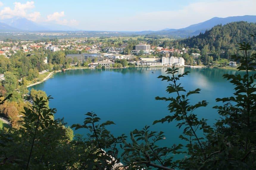 Uitzicht vanaf het kasteel op het meer; prachtig blauw omringt door de bergen