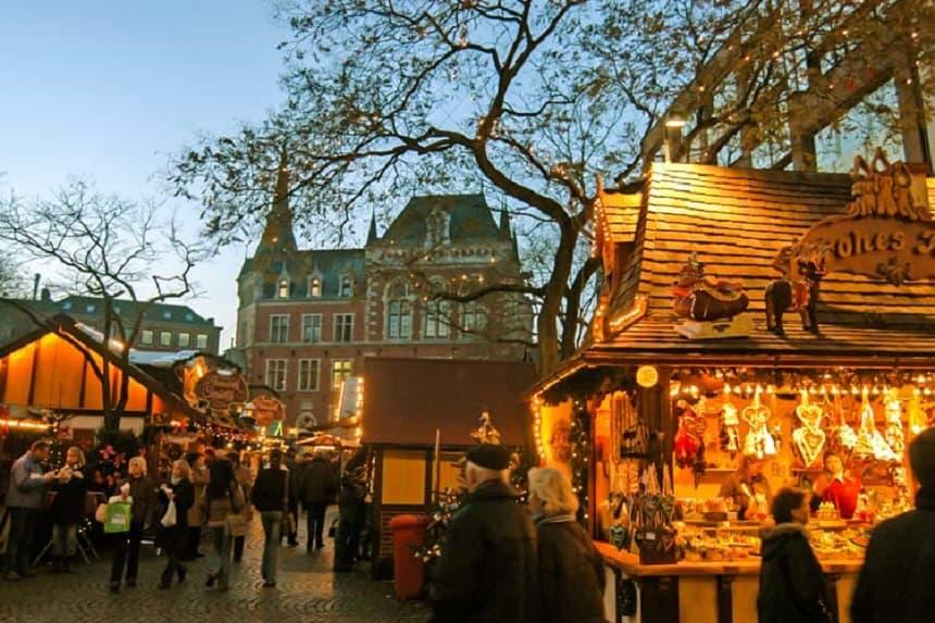 De kerstmarkt bevindt zich voor het historische raadhuis en op de Schlossplatz.