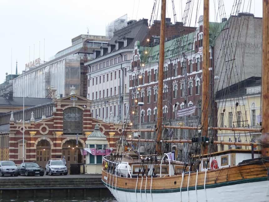 Aan de haven van Helsinki vind je prachtige oude panden en een geweldige overdekte markthal met lokale delicatessen.