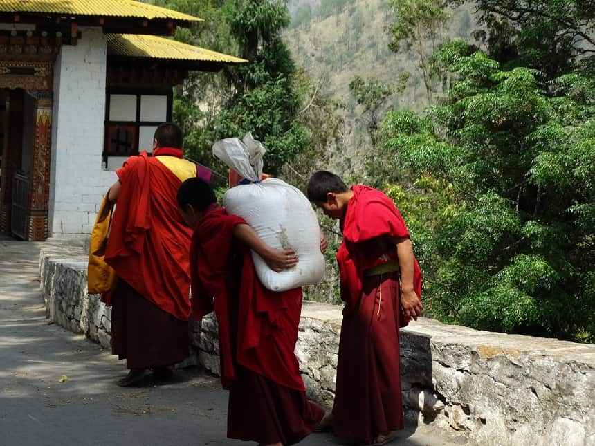 De ingang van Trashigang Dzong, 25 kilo rijst gaat naar binnen