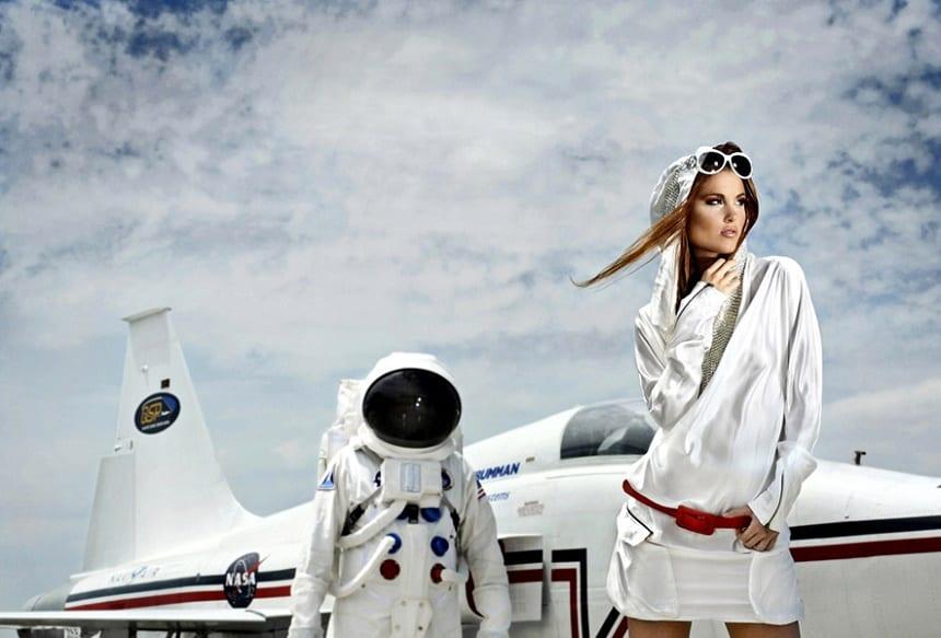 Reclame van Voyage Vixens voor ruimtereizen in 2020.