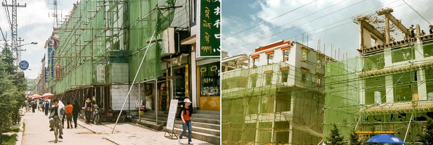 De hoofdstraat van Zhongdian in de steigers