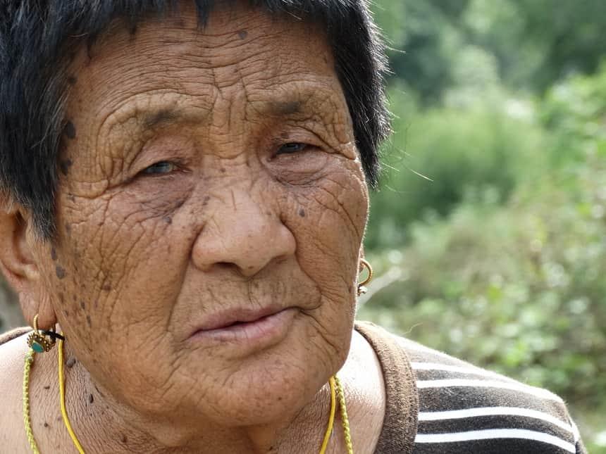 De kordate vrouw moet elke avond weer de steile berg op naar haar boerderij