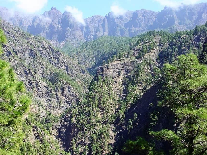 Veel wandelaars komen naar La Palma voor de Caldera de Taburiente, een 1,5 km diepe en 9 km brede krater in het hart van het eiland