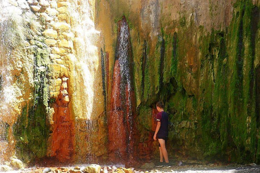 De gekleurde waterval Cascade de Colores in de Caldera de Taburiente