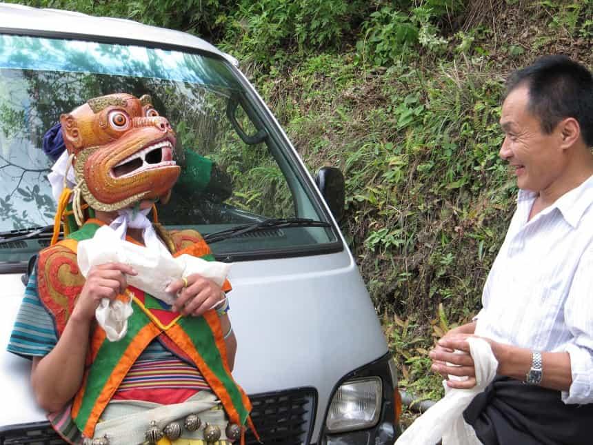 Onze chauffeur krijgt een khata, een ceremoniële sjaal, uitgereikt
