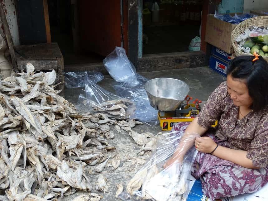 We kopen wat gedroogde vis als snack onderweg in het stalletje