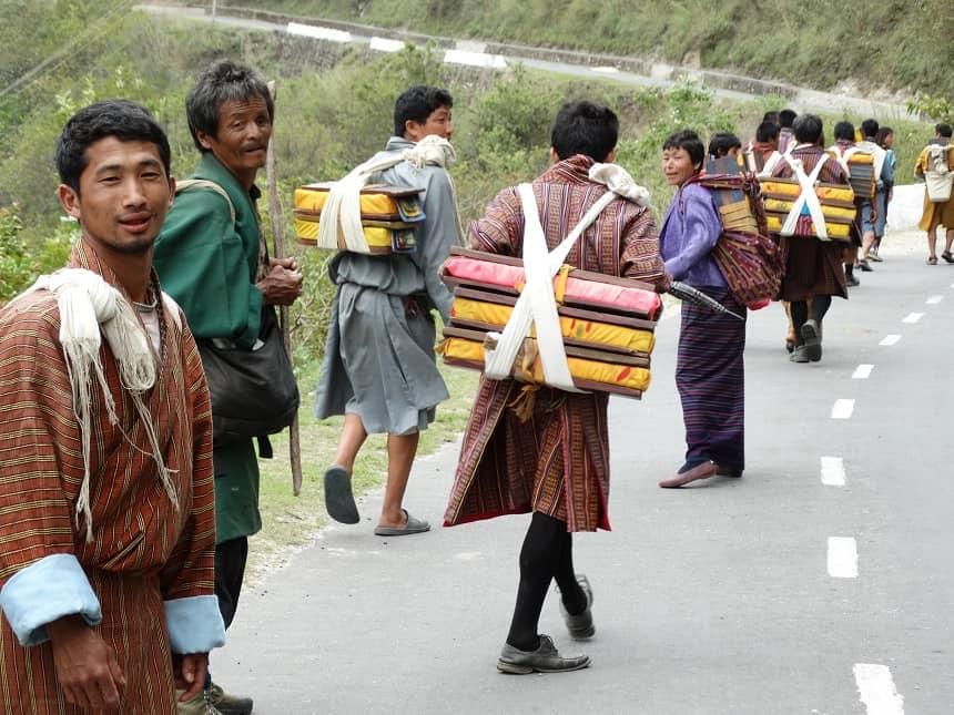 De heilige boeken van de Boeddha (totaal 108) worden meegevoerd en komen te liggen in de bibliotheek van het klooster