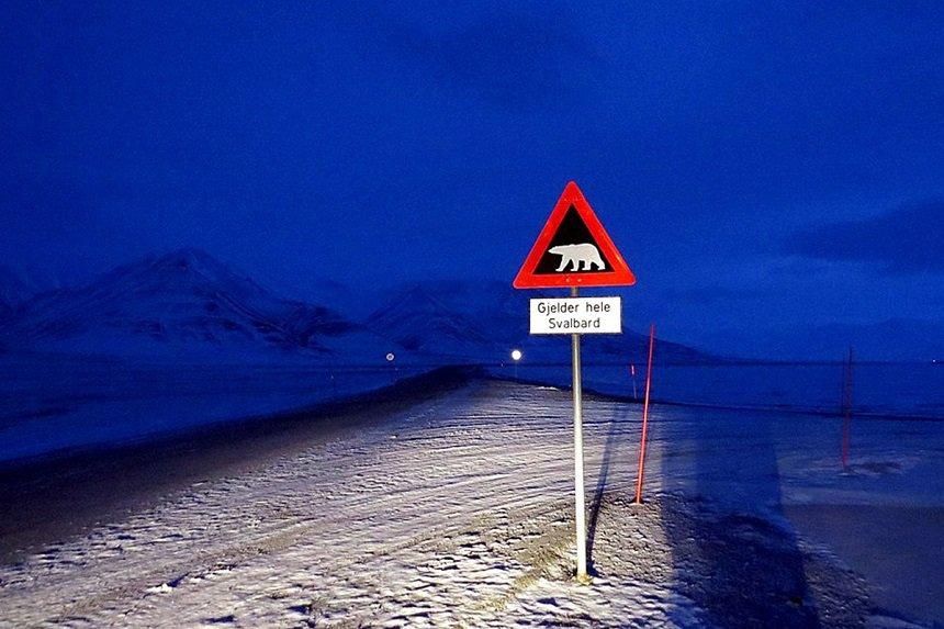 Waarschuwingsbord aan de rand van Longyearbyen.