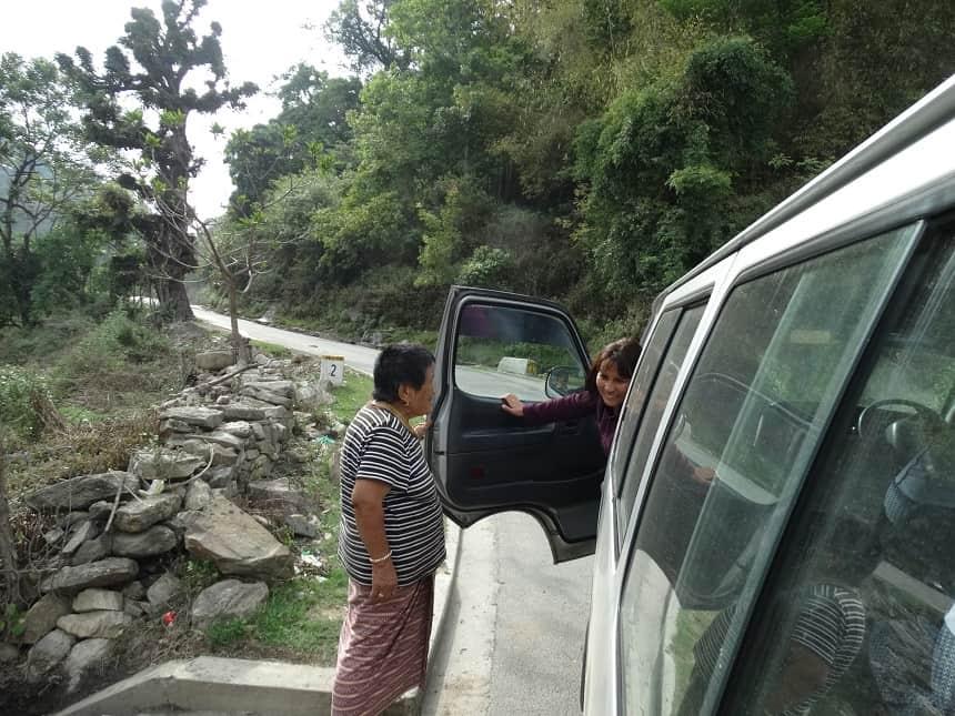 Lhamo ziet haar schoonmoeder staan aan de kant van de weg