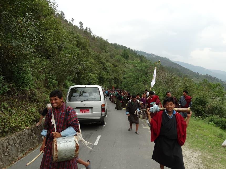 Tegenliggers op weg naar Chador Lhakhang (processie)
