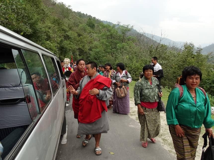 De processiegangers ontdekken Lhamo in de Minibus