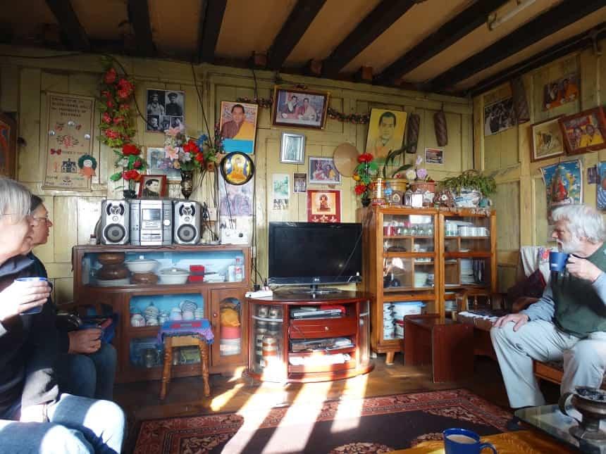 Bij de chauffeur thuis; de kamer hangt vol met portretten van het koningshuis