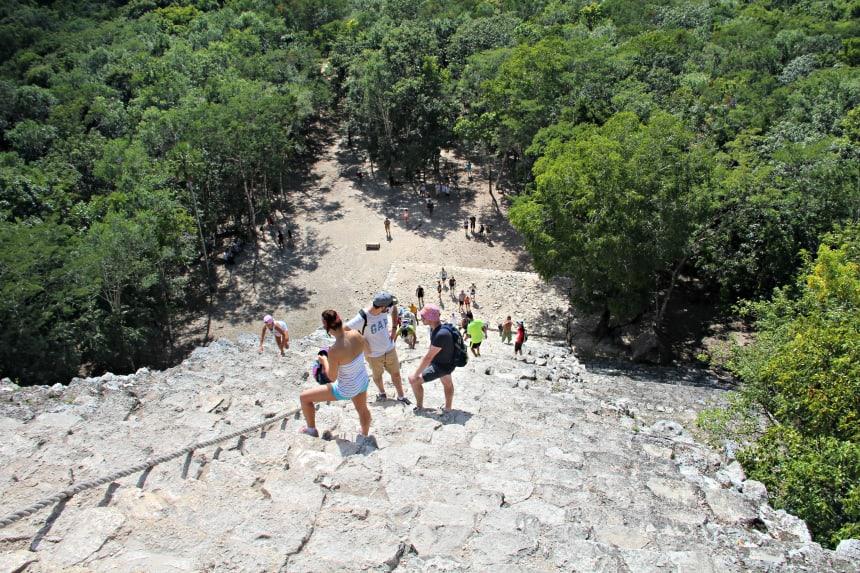De beklimming en afdaling van de piramide van Coba is spectaculair