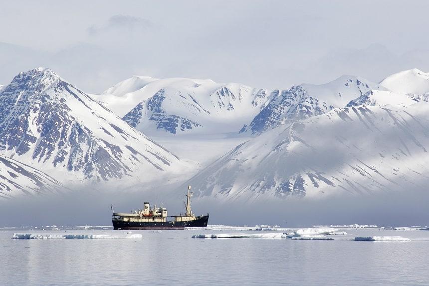 De fjorden aan de westkant van de eilanden zijn meestal van eind mei tot het late najaar bevaarbaar.