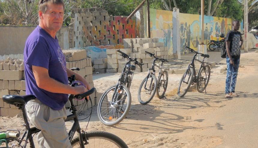 De Vlaming Bernard organiseert 3 maanden per jaar fietsvakanties in Gambia.