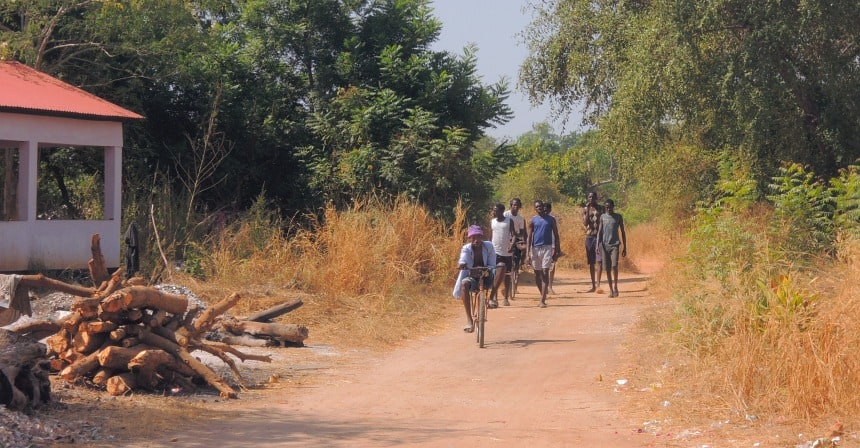In Gambia wordt veel gefietst. Dus 'do as the locals do'.