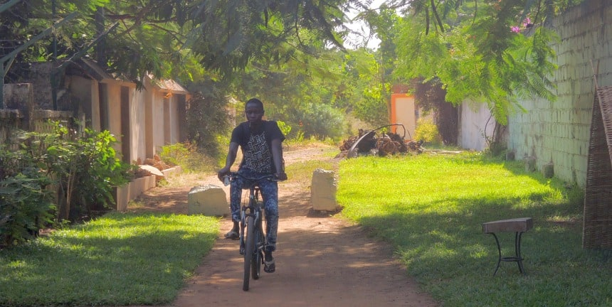 Gambia is vlakker dan Nederland. Langs de 300 km lange rivier is het groen.