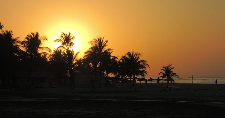 De Afrikaanse zon gaat onder.