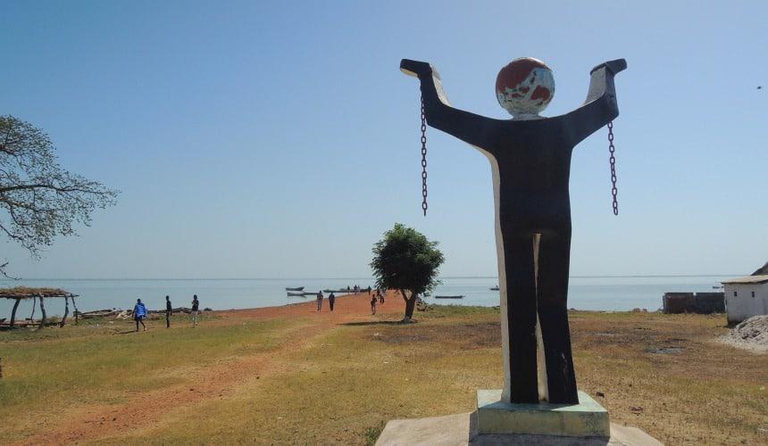 Never Again. Vanuit West-Afrika werden 20 miljoen slaven verscheept.