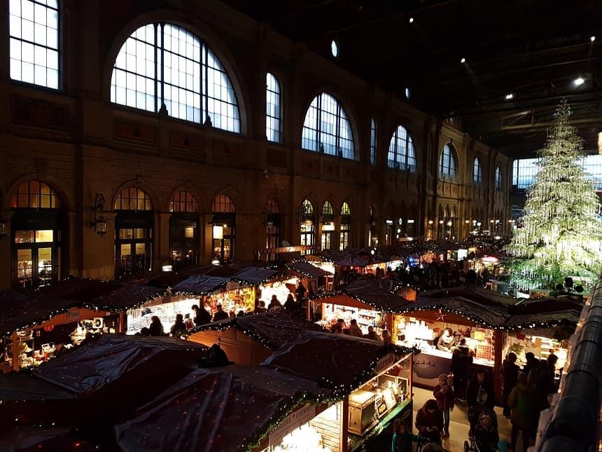 In de kerstperiode wordt het Hauptbahnhof omgetoverd tot de grootste indoor kerstmarkt van Europa.
