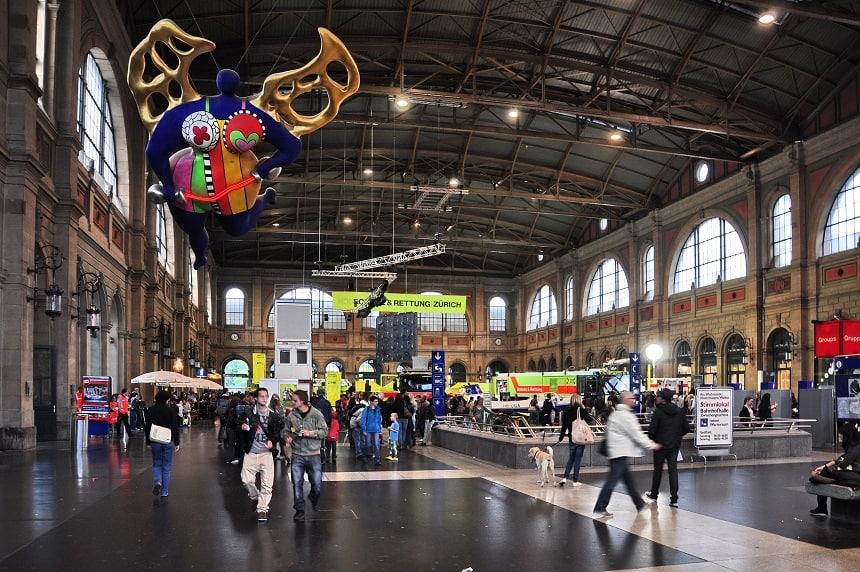 Het oudste station van Zwitserland dateert uit de negentiende eeuw. Je vindt er kunstwerken van fameuze artiesten als Niki de Saint Phalle.