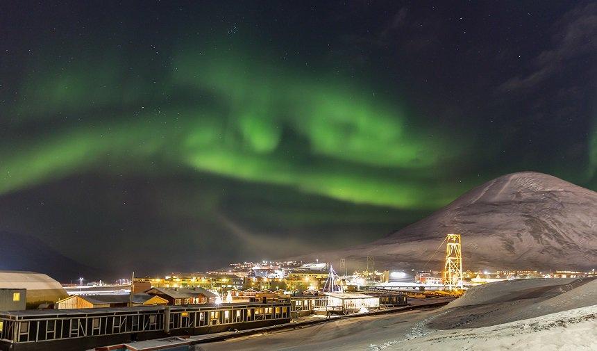 Magische flarden van het noorderlicht boven Longyearbyen.